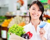 Shopping femme avec femme commerçante de carte de crédit avec carte de crédit — Photo