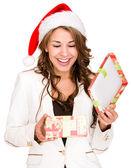 Femme, une femme de cadeau de Noël un cadeau de Noël d'ouverture d'ouverture — Photo