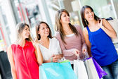 Vrouwen bij de vrouwen shopping center op het shopping center — Stockfoto