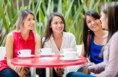 Mulheres falando sobre mulheres de café, falando sobre o café — Foto Stock