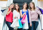 Chicas a las chicas de centro comercial en el centro comercial — Foto de Stock