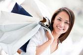 Mujer sosteniendo compras bolsas de mujer sosteniendo bolsas de compras — Foto de Stock