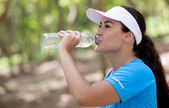 陽気な女性飲料水の陽気な女性は、水を飲む — ストック写真