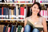 Femme à la femme de bibliothèque à la bibliothèque — Photo