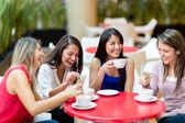 Meisje vrienden vergadering voor koffie meisje vrienden bijeen voor een kopje koffie — Stockfoto