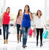 Zakupy kobiet spaceru zakupy kobiet spaceru — Zdjęcie stockowe