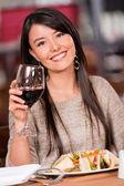 Mujer hermosa en un restaurante bella mujer en un restaurante — Foto de Stock