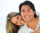 Lyckliga par utomhus lyckliga par utomhus — Stockfoto