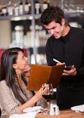 Encomenda para uma mulher do restaurante pedidos em um restaurante de mulher — Foto Stock