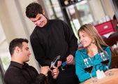 Paiement par carte dans un restaurant en payant par carte dans un restaurant — Photo