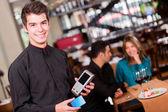 Garçom, levando a um garçom de pagamento tendo um pagamento — Foto Stock