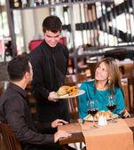 Casal comendo em um restaurante — Foto Stock