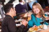 Przyjaciele jedzenie u znajomych restauracja, jedzenie w restauracji — Zdjęcie stockowe