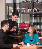 Paar in een paar romantische diner in een romantisch diner — Stockfoto
