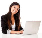 Bir dizüstü bilgisayarda kadın — Stok fotoğraf