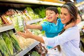 Vrouw bij de supermarkt met haar zoon — Stockfoto