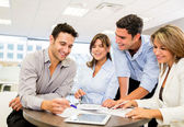 Arbetar som ett team som arbetar som ett team — Stockfoto