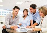 Trabajando como un equipo de trabajo en equipo — Foto de Stock