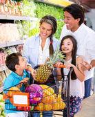 Bij de supermarkt en gelukkige familie in de supermarkt en gelukkige familie — Stockfoto