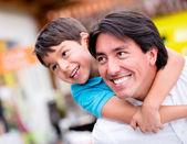 Pai brincando com seu pai filho brincar com seu filho — Foto Stock
