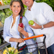 Couple grocery shopping Couple grocery shopping — Stock Photo