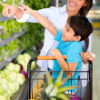 Woman grocery shopping with her kid Woman grocery shopping with her kid — Stock Photo