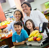 Famille de payer à la famille de supermarché payer au supermarché — Photo