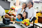 Guardare fuori per le finanze di casa cercando di economia familiare — Foto Stock