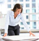 Architekt blick auf blaupausen architekt blaupausen betrachten — Stockfoto