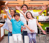 Rodziny w rodzinie kawiarnia w kafeteriipodekscytowany rodziny z broni się podekscytowany rodziny z broni się — Zdjęcie stockowe