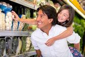 Padre e hija comprando comida padre e hija comprando comestibles — Foto de Stock