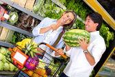 Paar kopen van vers fruit paar kopen vers fruit — Stockfoto