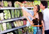 Familia de compras en la familia de supermercado de compras en el supermercado — Foto de Stock