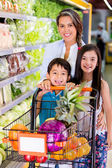 Madre di shopping presso la madre di supermercato shopping al supermercato — Foto Stock