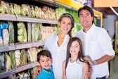 Rodina v supermarketu rodina v supermarketu — Stock fotografie