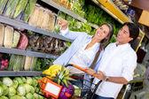 Paar op de supermarkt paar in de supermarkt — Stockfoto