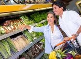 Couple couple épicerie épicerie d'achat — Photo