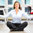 Foto Stock: Business womdoing yogBusiness womdoing yoga