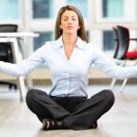 femme d'affaires faisant la femme d'affaires d'yoga faire du yoga — Photo