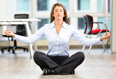 Business woman doing yoga Business woman doing yoga — Stockfoto