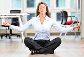 Donna d'affari facendo donna d'affari di yoga facendo yoga — Foto Stock