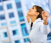 Mulher de negócios bem-sucedida com os braços para cima de mulher de negócios bem-sucedida com os braços para cima — Foto Stock