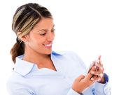Onun smartphone kullanarak onun smartphone kadın kullanan kadın — Stok fotoğraf