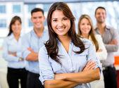 Donna d'affari che porta una donna d'affari di squadra portando una squadra — Foto Stock