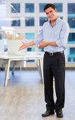 Homem de negócios acolhedor, congratulando-se homem de negócios — Fotografia Stock