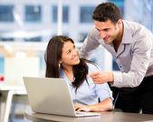 бизнес-партнеров, работающих бизнес-партнеров, работающих — Стоковое фото