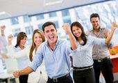 επιχειρηματική ομάδα γιορτάζει μιας ομάδας επιχειρήσεων θρίαμβος γιορτάζει ένας θρίαμβος — Φωτογραφία Αρχείου