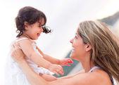 Madre e ragazza all'aperto. — Foto Stock