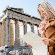 Woman holding a map in Athens — Stockfoto