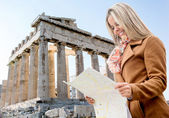 Woman holding a map in Athens — Stock Photo